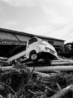 土砂崩れに巻き込まれた車の写真・画像素材[2886246]