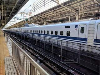 鋼鉄線路上の大きな長い列車の写真・画像素材[2887518]