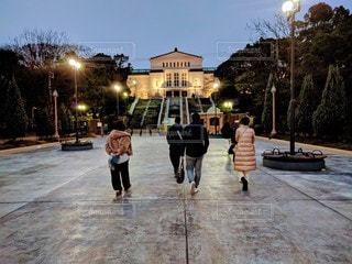 大阪天王寺公園・ライトアップされる大阪市立美術館のある夕暮れの風景の写真・画像素材[2887731]