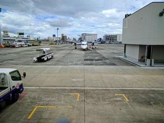 駐機場のプロペラ機の写真・画像素材[2887778]