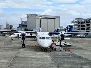 駐機場のプロペラ機の写真・画像素材[2887777]