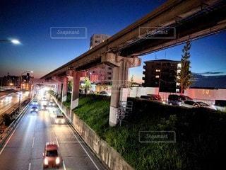 アンダーパスする高速道路とモノレールのある日没の風景の写真・画像素材[2898348]
