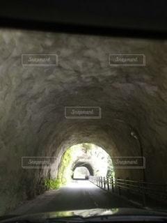 石のトンネルの写真・画像素材[3510870]