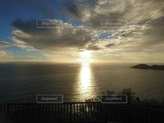 眩しい夕日の写真・画像素材[2887597]