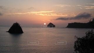 要岩に沈む夕日の写真・画像素材[2887593]