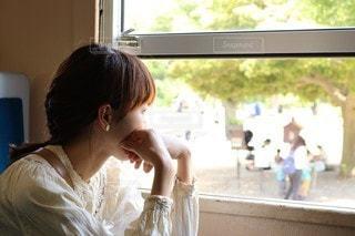 窓の外を眺めるの写真・画像素材[2889286]
