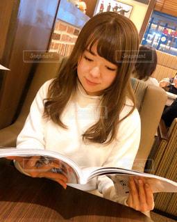 雑誌を読む女性の写真・画像素材[2893812]