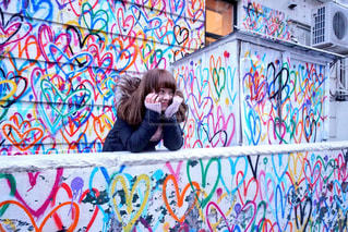 アートな壁とご機嫌な私の写真・画像素材[2894291]
