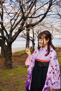 桜の咲き始めと私の写真・画像素材[2902616]