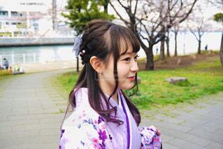 川と桜と私の写真・画像素材[2902617]