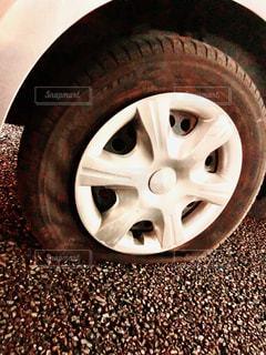 パンクしたタイヤの写真・画像素材[2925074]