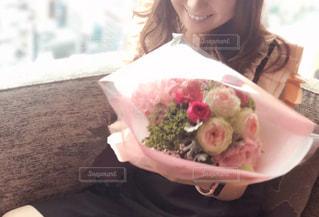 花束を貰った女性の写真・画像素材[2969432]