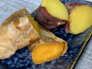 秋の味覚焼き芋の写真・画像素材[3929352]