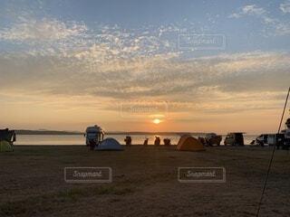 キャンプ場で見た湖の上に浮かぶ夕日の写真・画像素材[4708099]
