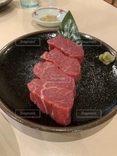 皿の上に並ぶ高級肉の写真・画像素材[4708171]
