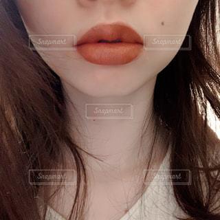 唇のクローズアップ 茶系 赤系 リップの写真・画像素材[2974968]