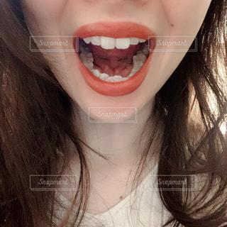 口を開けた女性のクローズアップの写真・画像素材[2974974]