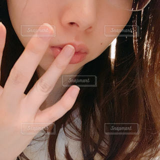 リップをさわる女性のクローズアップの写真・画像素材[2976132]