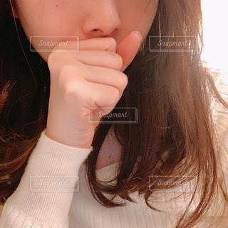口元を押さえる女性のクローズアップの写真・画像素材[2976135]