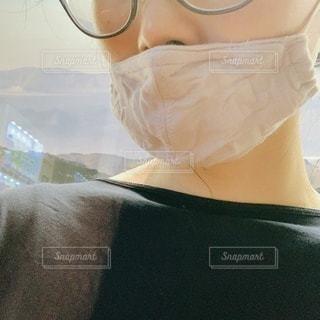眼鏡とマスクをかけている人の写真・画像素材[3595657]