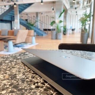 机と机をテーブルの上に置くの写真・画像素材[4219168]