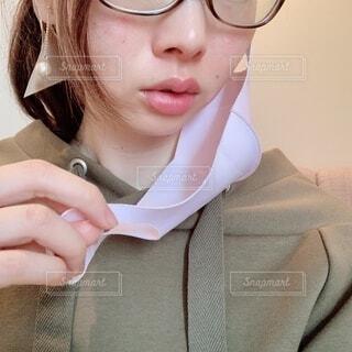 マスクを外すメガネの女性の写真・画像素材[4219179]