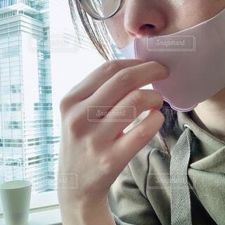 自分撮りをする眼鏡をかけている人の写真・画像素材[4219191]