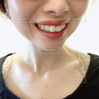 女性の口元と首元のアップの写真・画像素材[4292821]