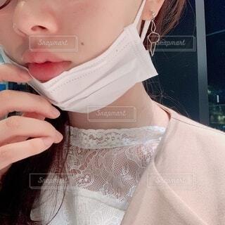 不織布マスクを外す女性の写真・画像素材[4302637]