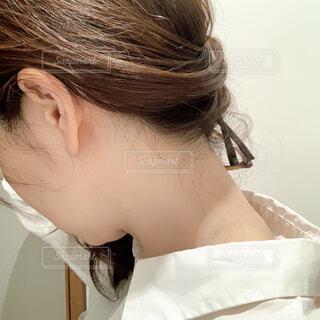 髪をかき上げた女性の写真・画像素材[4363631]