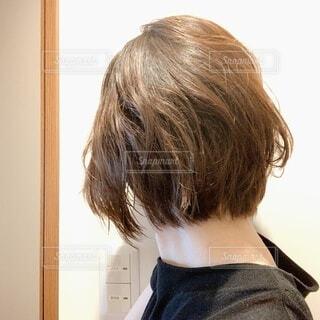 鏡の前に立ってカメラのポーズをとる人の写真・画像素材[4793925]