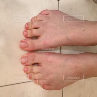 体重がかかった足の写真・画像素材[4874650]