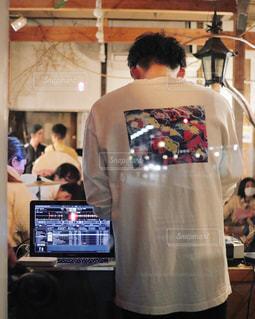 テレビの前に立っている男の写真・画像素材[2893374]
