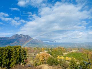 山にかかる虹の橋の写真・画像素材[2893840]