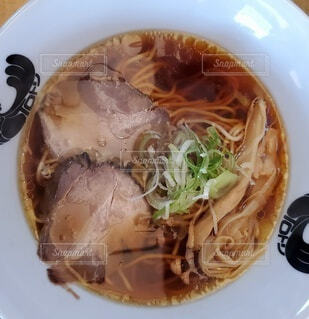 皿の上に食べ物のボウルの写真・画像素材[4806073]