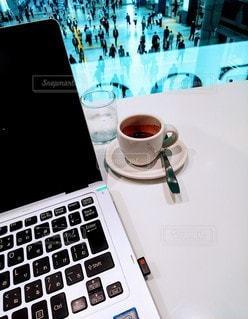 テーブルの上のコーヒーとパソコンの写真・画像素材[2900436]