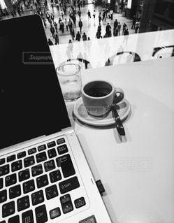 パソコンとコーヒーの写真・画像素材[2900437]