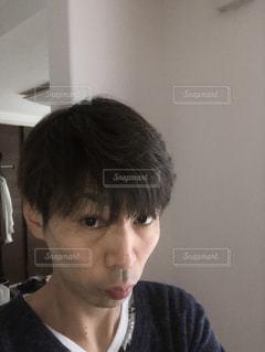 カメラを見ている少年の写真・画像素材[2943606]