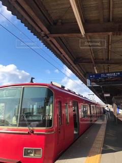 駅で停車した長い赤い旅客列車の写真・画像素材[3074511]
