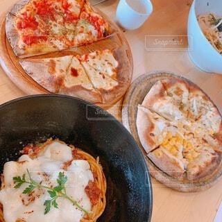 テーブルの上の鍋の上に座っているピザの写真・画像素材[4157301]
