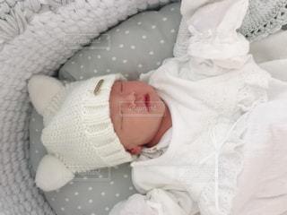 クーファンで寝ている新生児の写真・画像素材[2903558]