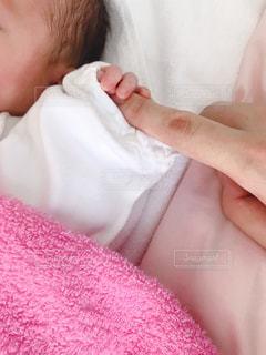 ママの指を握る新生児の写真・画像素材[2903620]
