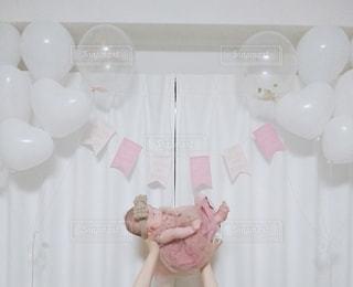 赤ちゃんと風船の写真・画像素材[2906375]