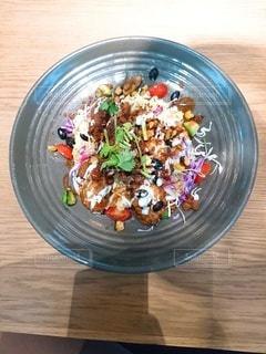木製のテーブルの上に食べ物の皿の写真・画像素材[2906391]