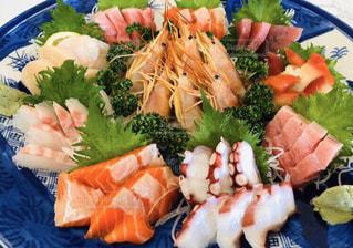 皿の上にたくさんの食べ物をの写真・画像素材[2905940]