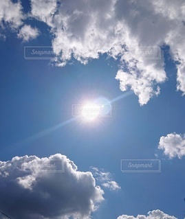 光射す青空の写真・画像素材[2980123]