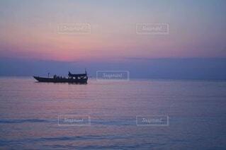 夕暮れのローカル漁船の写真・画像素材[4118950]