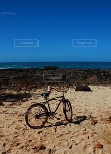 浜辺に止まっている自転車の写真・画像素材[2918315]