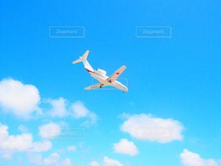 青い空を飛ぶ大きなジェット機の写真・画像素材[3095675]