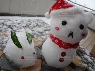 雪の中に座っているぬいぐるみの写真・画像素材[3523639]